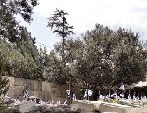 בעקבות לוחמים ולוחמות בבית הקברות בהר הזיתים