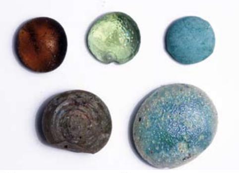 איור 22 .משקולות זכוכית כיפתיות מהתקופה ההלניסטית