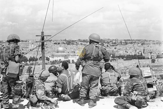 'אל מפקדי הגדודים, אנחנו יושבים כרגע על הרכס שצופה על העיר העתיקה. העיר העתיקה, שבמשך מאות שנים יהודים חולמים עליה, אנחנו נהיה הראשונים להיכנס אליה... מסדר סיום יהיה על רחבת הר הבית. לנוע, לנוע...'